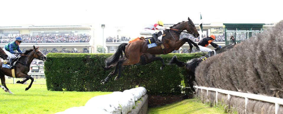 "Franchissement du fameux ""Rail Ditch Fence"" du Grand Steeple Chase de Paris"